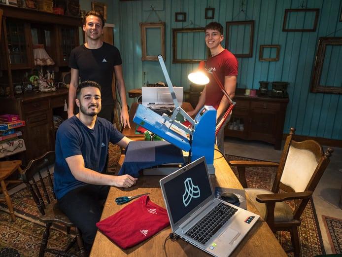 Erik de Groot (24), Ashkan Hashemzadeh (23) en Stefan Boerkamp (21) laten zien dat duurzame sportkleding van hennep en biokatoen voor een betaalbare prijs, wel mogelijk is.
